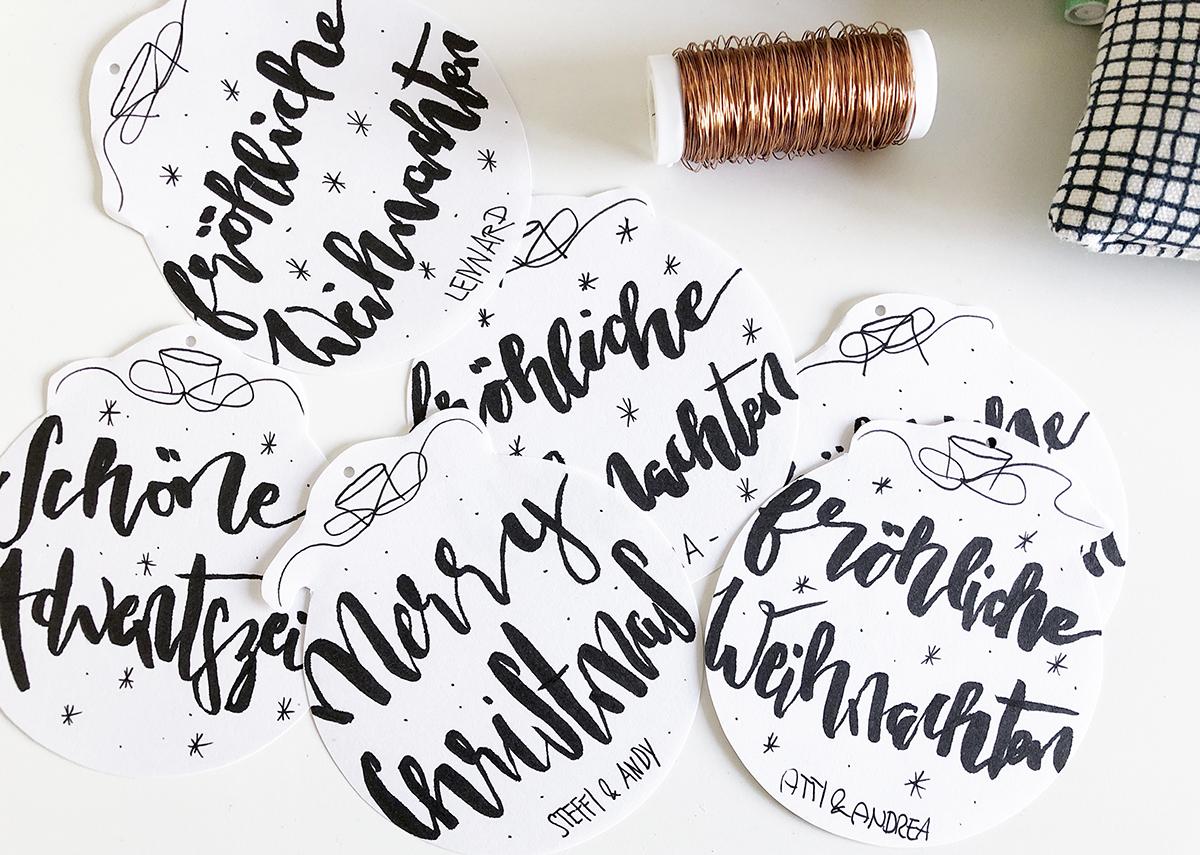 Geschenkanhaenger Weihnachten Lettering Kugel DIY binedoro