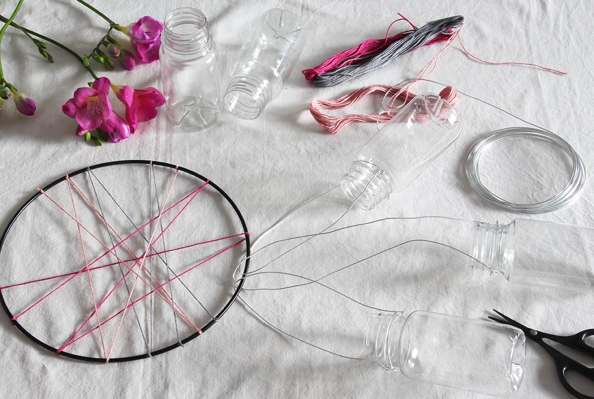 Wanddekoration, Upcycling, Flaschen, Blumen, Freesien, binedoro